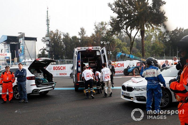 Daniel Abt, Audi Sport ABT Schaeffler es puesto en una ambulancia