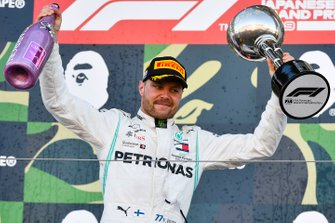 Race winner Valtteri Bottas, Mercedes AMG F1 celebrates n the podium with the trophy and the champagne