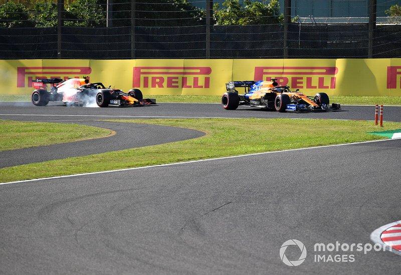 Carlos Sainz Jr., McLaren MCL34, devant Alex Albon, Red Bull RB15