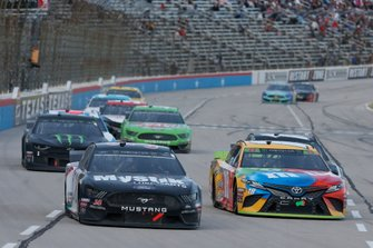 Kyle Busch, Joe Gibbs Racing, Toyota Camry M&M's David Ragan, Front Row Motorsports, Ford Mustang Mystik Lubricants