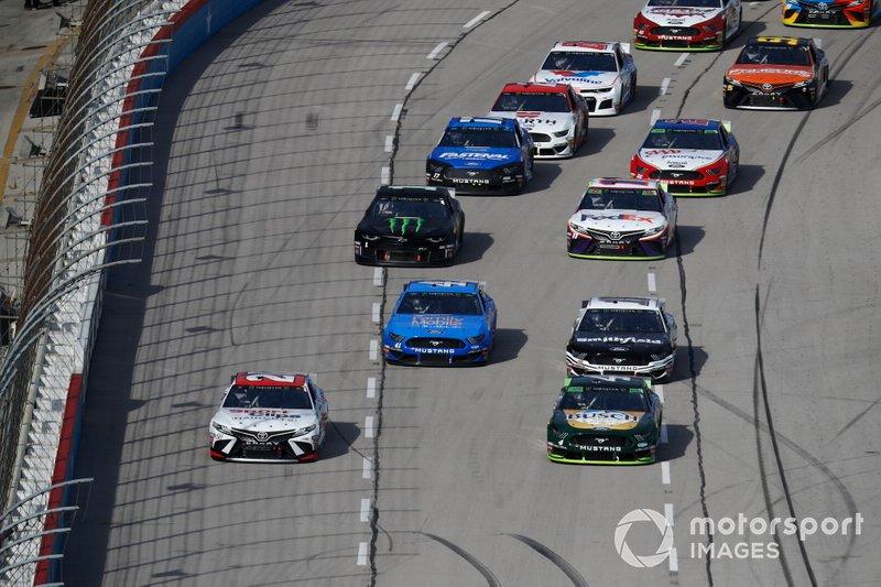 Erik Jones, Joe Gibbs Racing, Toyota Camry Sport Clips, Kevin Harvick, Stewart-Haas Racing, Ford Mustang Busch Beer / Ducks Unlimited