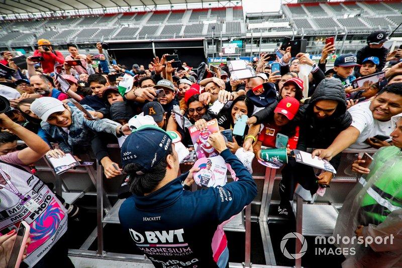 Sergio Pérez, Racing Point firma un autógrafo para un fan