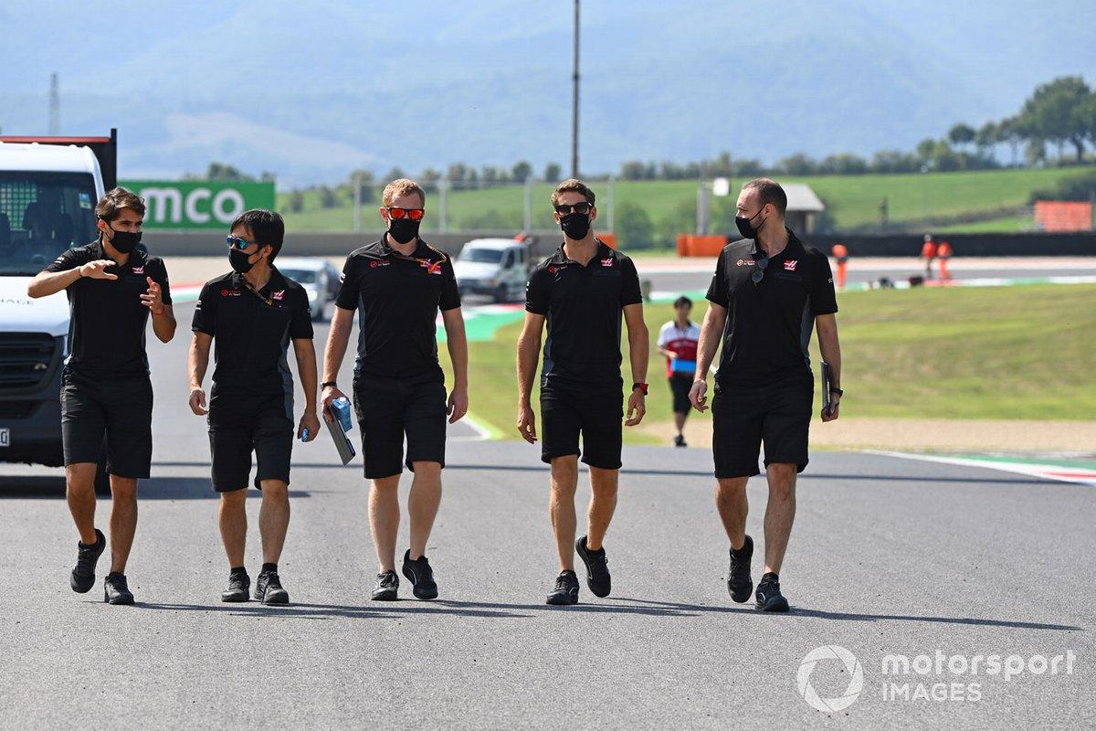 Romain Grosjean, Haas F1, cammina in pista con Pietro Fittipaldi e dei colleghi