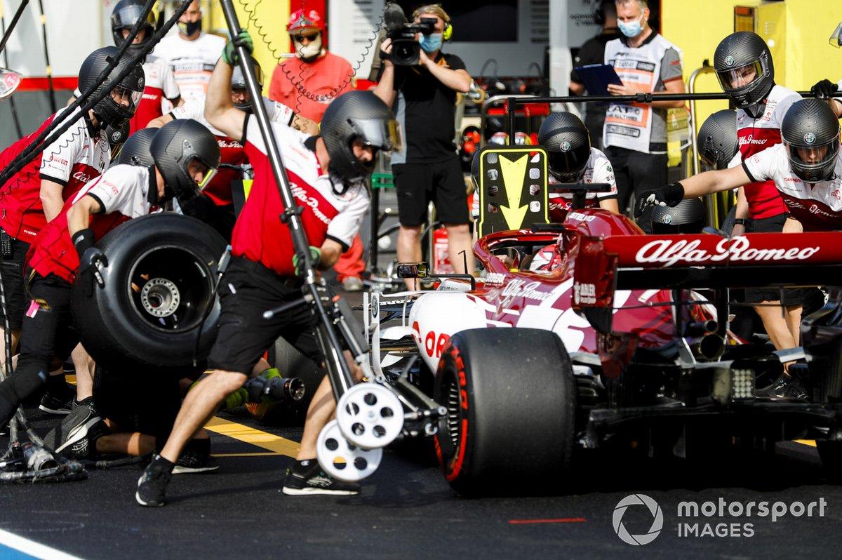 Kimi Raikkonen, Alfa Romeo Racing C39, fa un pit stop durante le FP2
