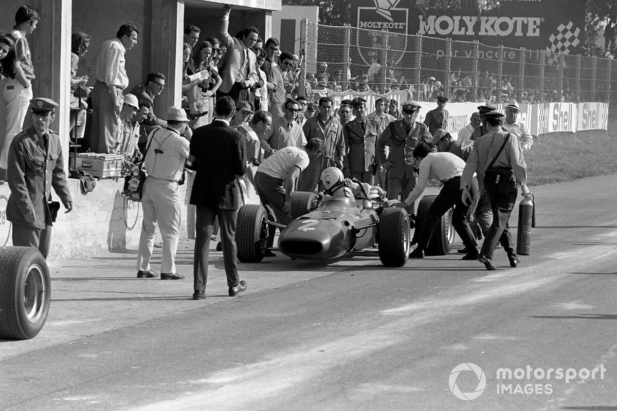 …а на 47-м к невероятному огорчению трибун у механиков Ferrari притормозил Эймон. Гонщик пожаловался на скверную управляемость, однако после долгого ремонта все же вернулся на трассу