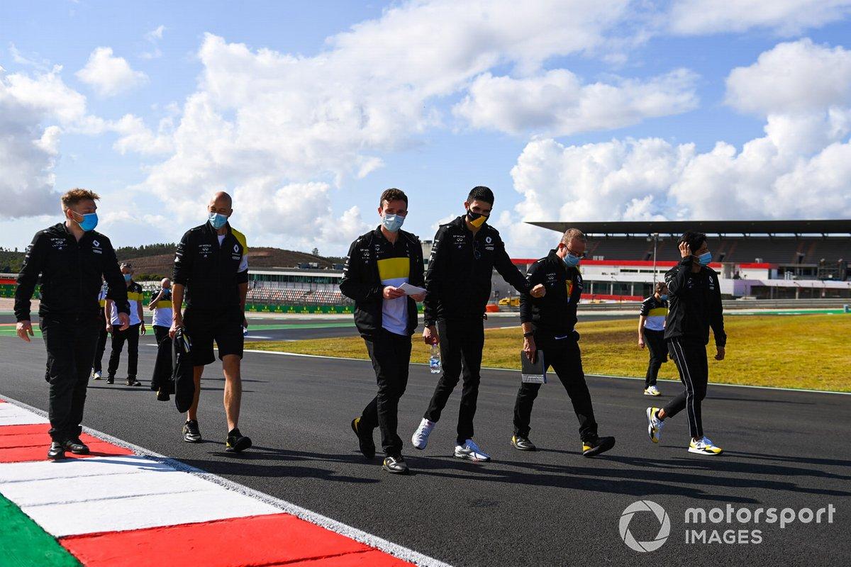 Esteban Ocon, Renault F1, camina por la pista con Guanyu Zhou, piloto de la Renault Sport Academy