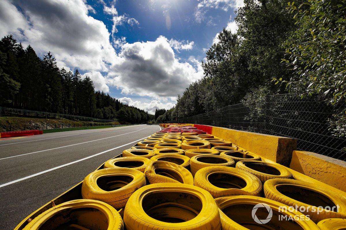 La barrera de neumáticos extendida en la parte superior del raidillon