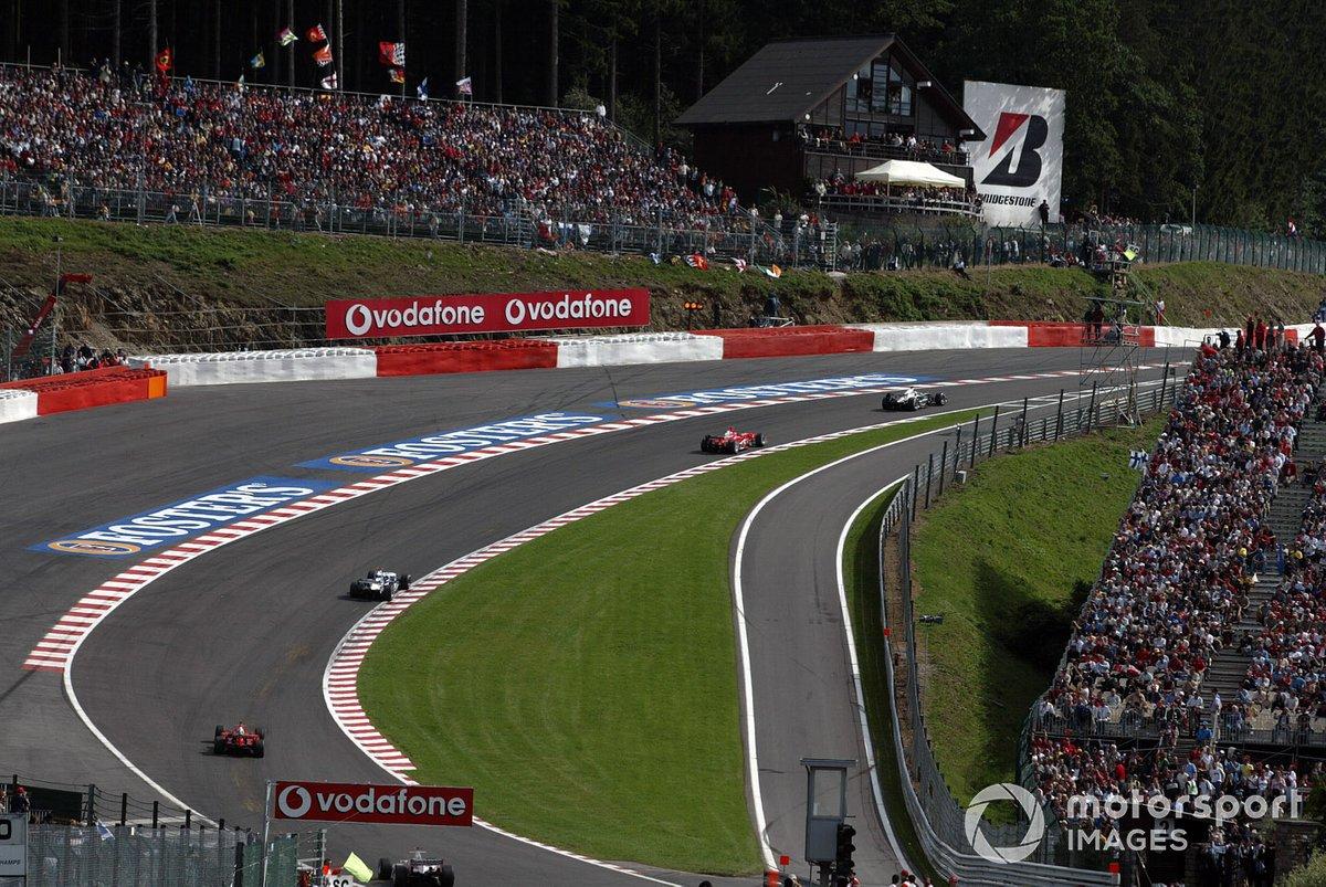 Едва гонка возобновилась после второго рестарта, как Шумахер стал наседать на Райкконена, однако тот оставался впереди…