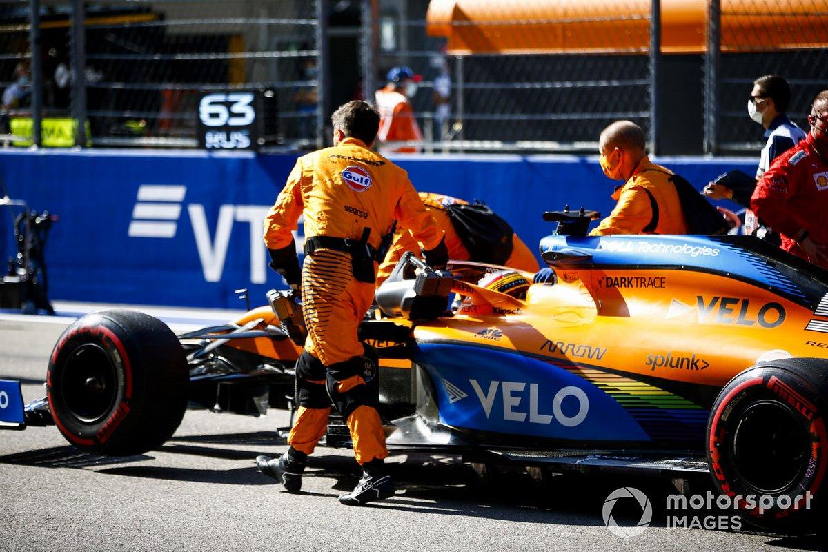 Carlos Sainz Jr., McLaren MCL35, si schiera sulla griglia di partenza