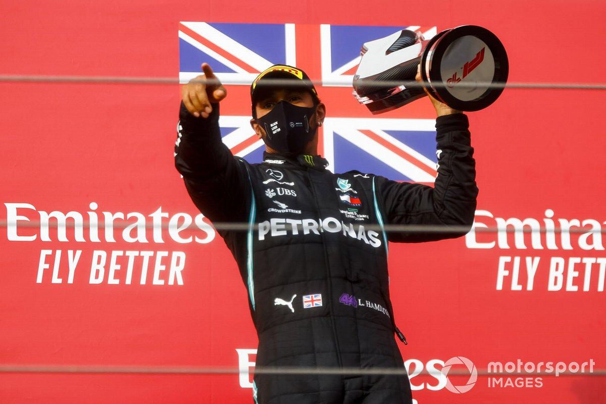 Il vincitore della gara Lewis Hamilton, Mercedes-AMG F1 festeggia sul podio con il trofeo