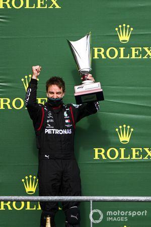 Il rappresentate della Mercedes solleva il trofeo Costruttori