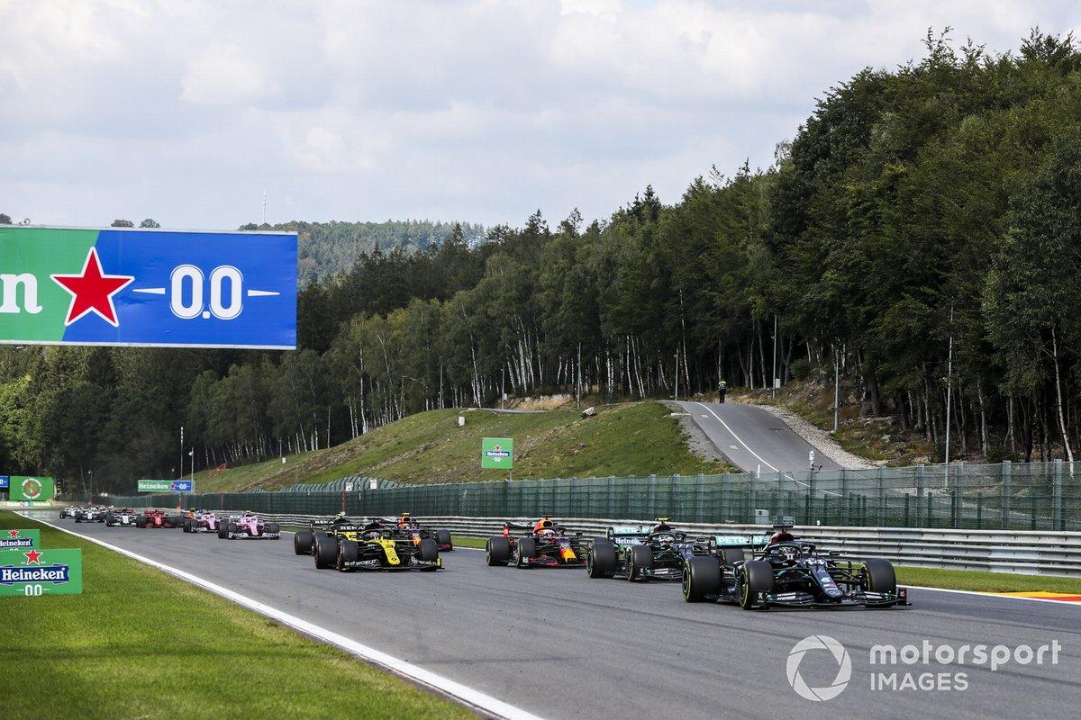 Lewis Hamilton, Mercedes F1 W11, Valtteri Bottas, Mercedes F1 W11, Max Verstappen, Red Bull Racing RB16, Daniel Ricciardo, Renault F1 Team R.S.20, al inicio