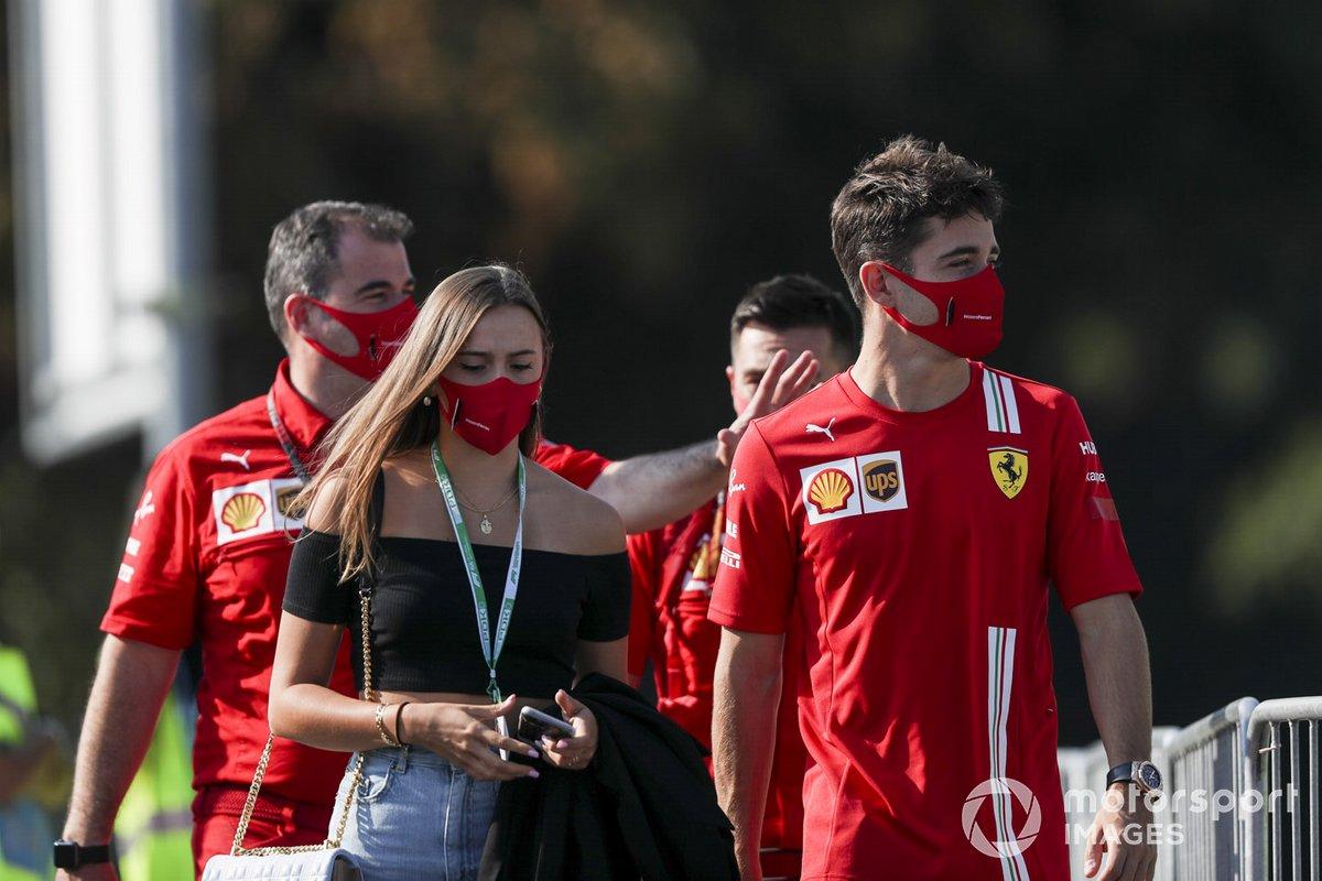 Charles Leclerc, Ferrari con la sua ragazza Charlotte Siné arrivano in pista