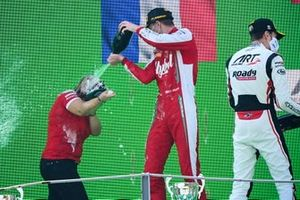 Winning Constructor Representative, Race Winner Frederik Vesti, Prema Racing and Theo Pourchaire, ART Grand Prix celebrate on the podium with the champagne