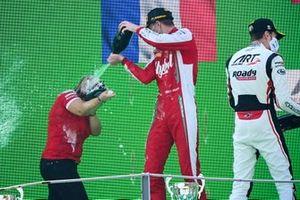 Le représentant constructeur, le vainqueur Frederik Vesti, Prema Racing et Theo Pourchaire, ART Grand Prix fêtent sur le podium avec le Champagne