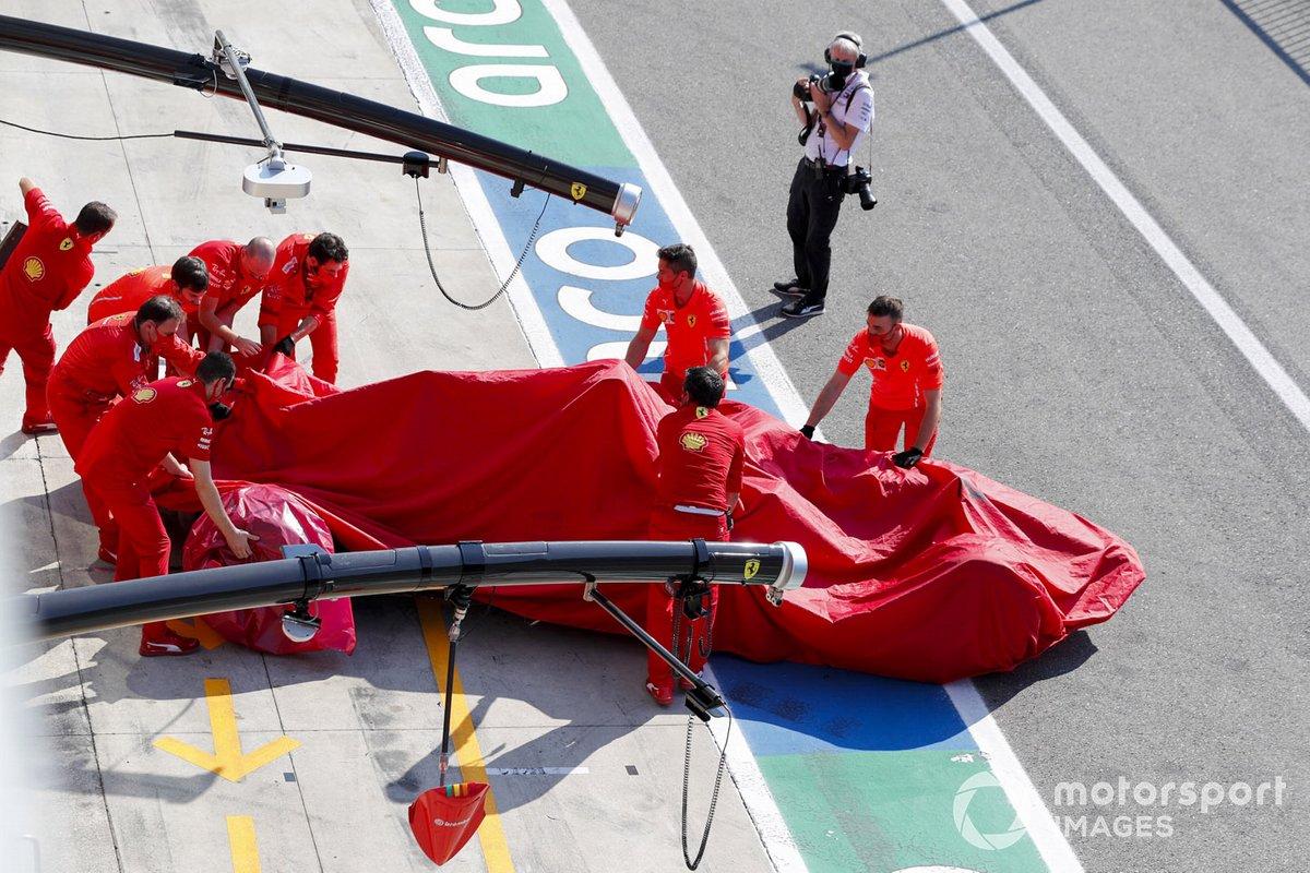 Auto di Charles Leclerc, Ferrari SF1000 viene riportata in garage dai meccanici Ferrari