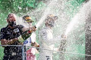 Graham Watson Team Manager, AlphaTauri, Lance Stroll, Racing Point, 3ème position, et le vainqueur Pierre Gasly, AlphaTauri, avec le Champagne sur le podium