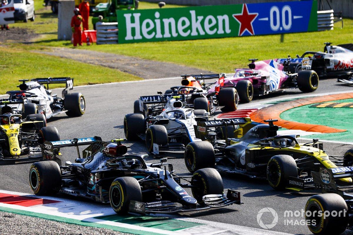 Valtteri Bottas, Mercedes F1 W11 and Daniel Ricciardo, Renault F1 Team R.S.20 at the restart