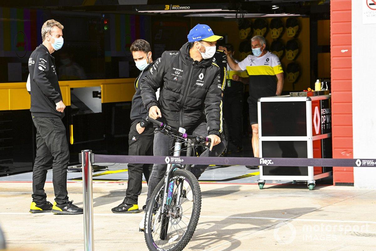 Daniel Ricciardo, Renault F1, sulla bicicletta