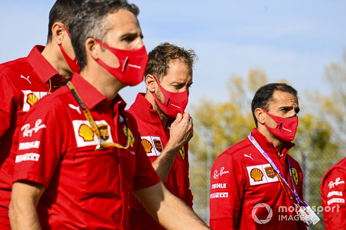 Sebastian Vettel, Ferrari, con Marc Gene y otros compañeros