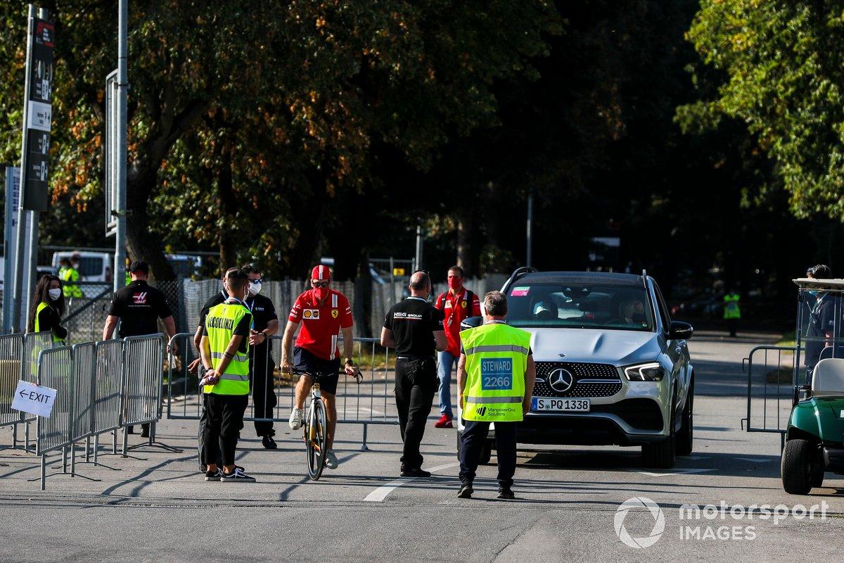 Sebastian Vettel, Ferrari, llega al circuito en bici