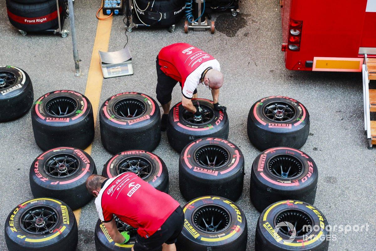 Los mecánicos de Alfa Romeo trabajan en algunos neumáticos