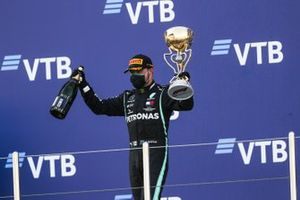 Race Winner Valtteri Bottas, Mercedes-AMG F1 celebrates on the podium with the trophy and the champagne