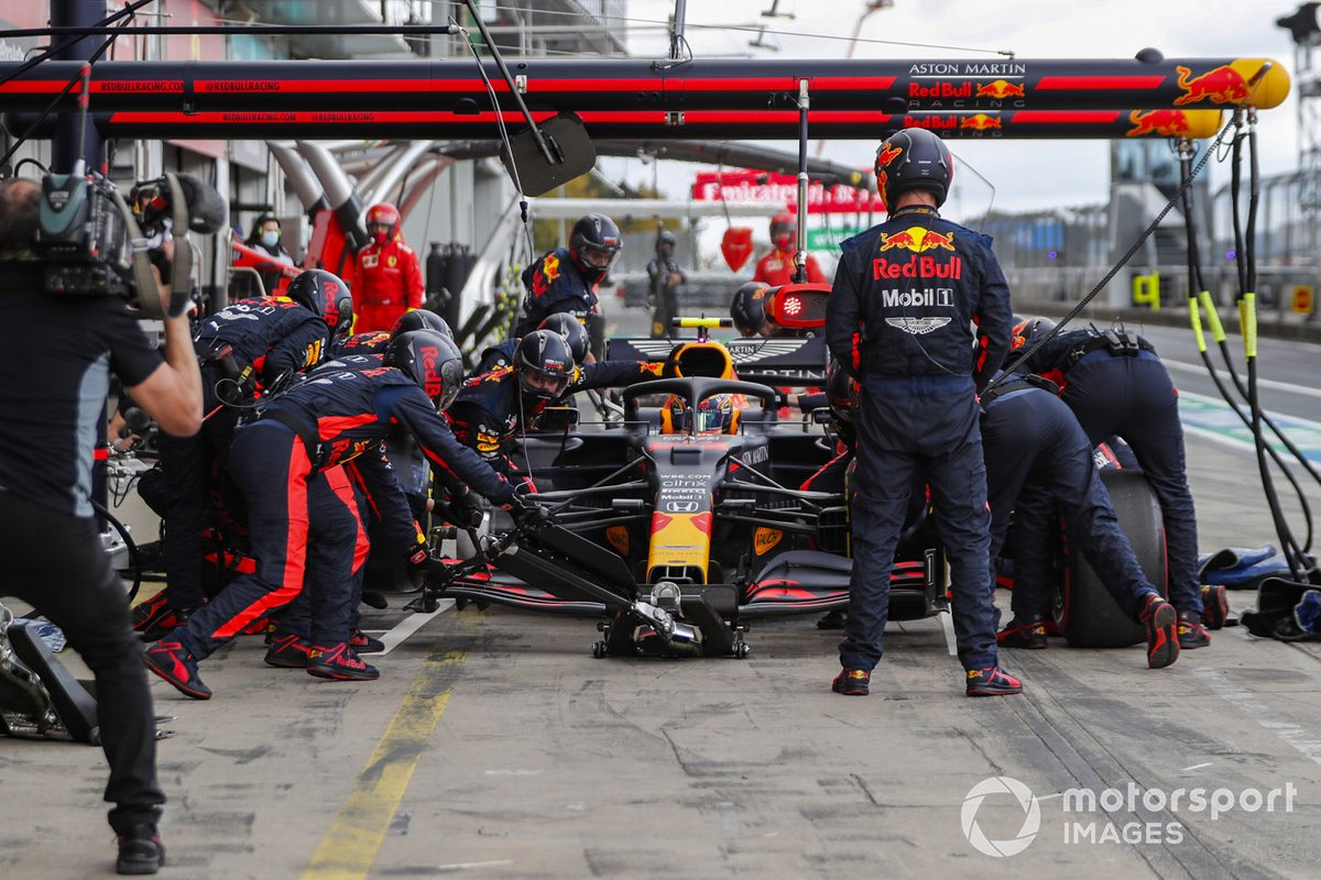 Alex Albon, Red Bull Racing RB16, pit stop