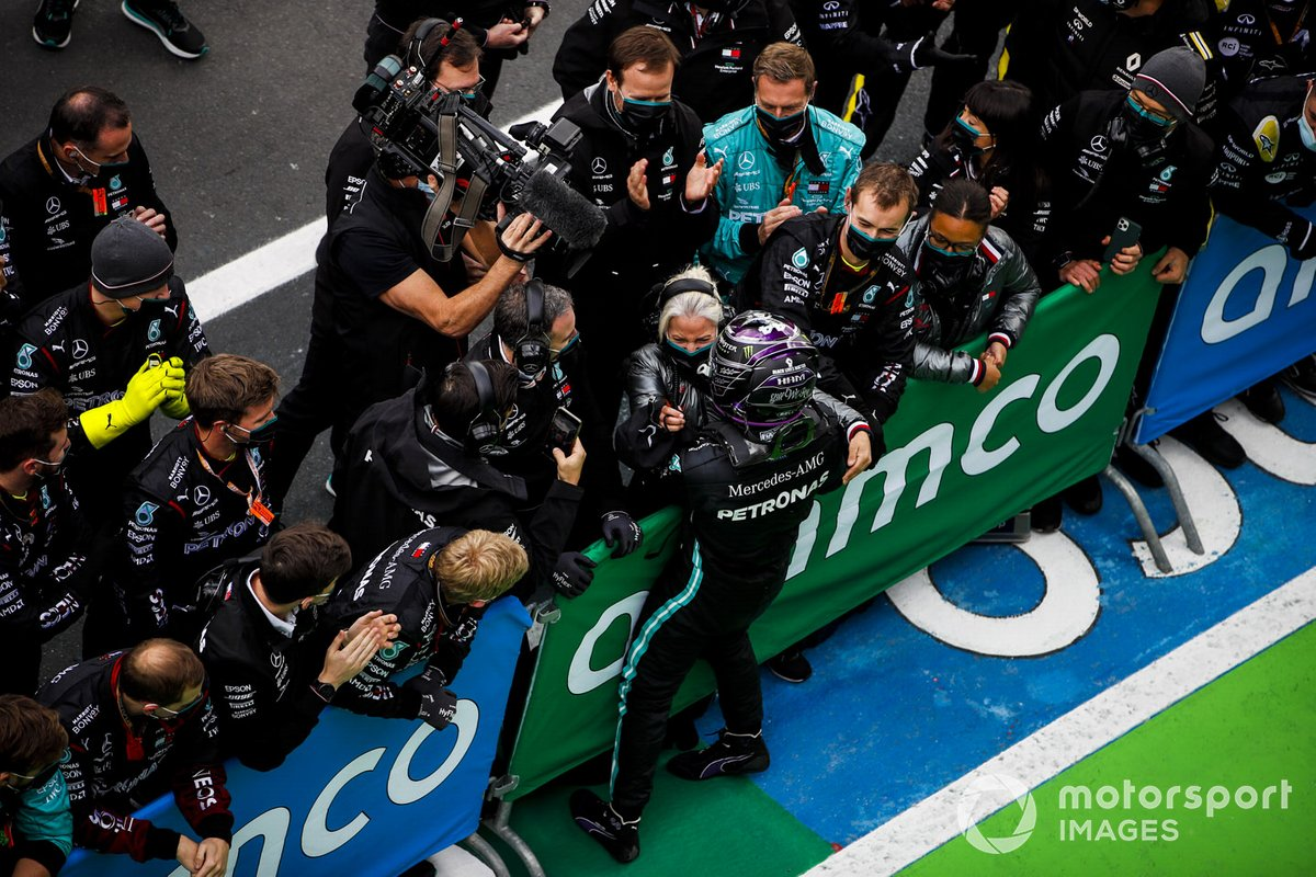 Race winner Lewis Hamilton, Mercedes-AMG F1 celebrates in Parc Ferme with his team