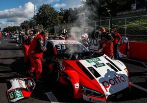 L'auto di René Rast, Audi Sport Team Rosberg va a fuoco