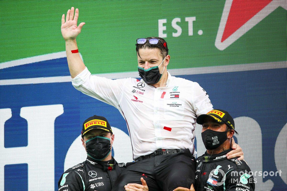 Podio: Peter Bonnington, ingeniero de Mercedes AMG, segundo lugar Valtteri Bottas, Mercedes-AMG F1, ganador de la carrera Lewis Hamilton, Mercedes-AMG F1
