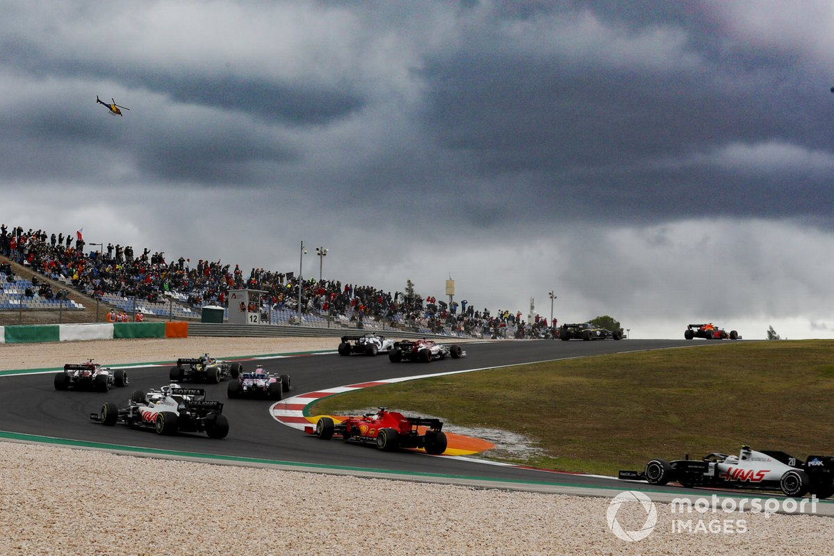 Romain Grosjean, Haas VF-20, Sebastian Vettel, Ferrari SF1000 e Kevin Magnussen, Haas VF-20, inseguono il gruppo al primo giro