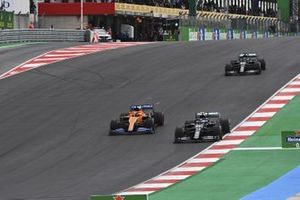 Valtteri Bottas, Mercedes F1 W11, Carlos Sainz Jr., McLaren MCL35, eLewis Hamilton, Mercedes F1 W11