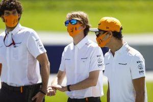 Ландо Норрис идет по «Ред Булл Рингу» вместе с сотрудниками команды McLaren