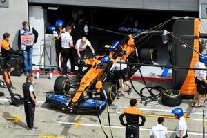 Механики толкают McLaren MCL35 Ландо Норриса