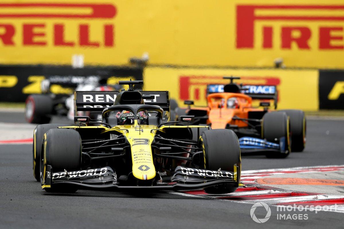 Daniel Ricciardo, Renault F1 Team R.S.20 and Carlos Sainz Jr., McLaren MCL35