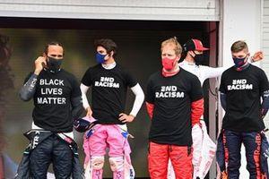 Льюис Хэмилтон, Mercedes-AMG Petronas F1, Лэнс Стролл, Racing Point, Себастьян Феттель, Ferrari, и Макс Ферстаппен, Red Bull Racing, в майках с надписью End Racism