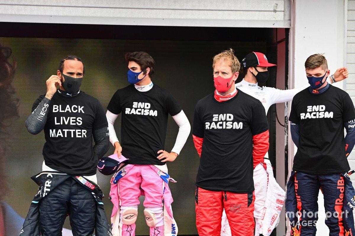 Lewis Hamilton, Mercedes-AMG Petronas F1, Lance Stroll, Racing Point, Sebastian Vettel, Ferrari, Max Verstappen, Red Bull Racing, y los otros pilotos se reúnen alrededor de los trofeos antes del comienzo en apoyo de la campaña para el fin del racismo