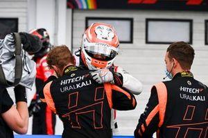 Il vincitore della gara Luca Ghiotto, Hitech Grand Prix festeggia al Parc Ferme