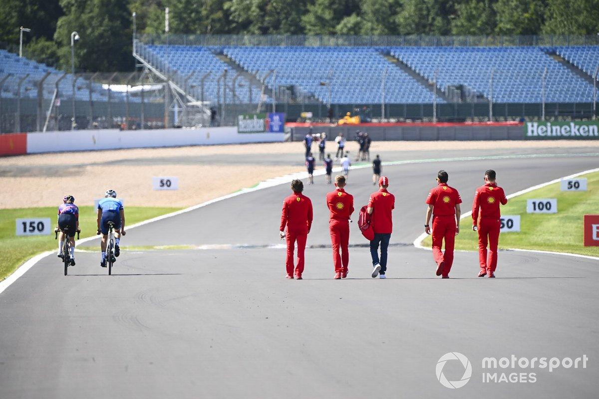 Valtteri Bottas, Mercedes-AMG Petronas F1 y Tiffany Cromwell, en bicicleta adelantan a Sebastian Vettel, Ferrari y sus ingenieros