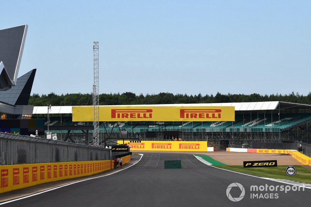 Cartel de Pirelli en Silverstone