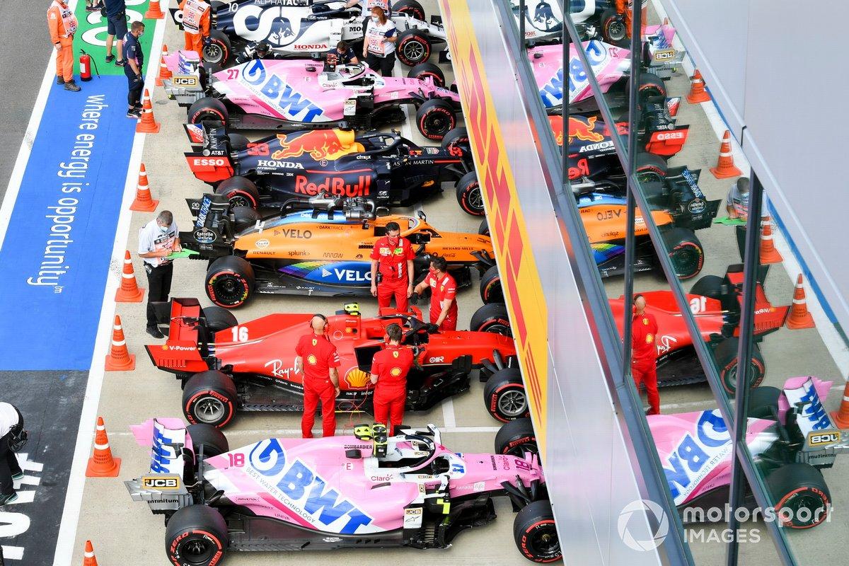 Los monoplazas de Lance Stroll, Racing Point RP20, Charles Leclerc, Ferrari SF1000, Lando Norris, McLaren MCL35, Max Verstappen, Red Bull Racing RB16, Nico Hulkenberg, Racing Point RP20, Pierre Gasly, AlphaTauri AT01, en Parc Ferme