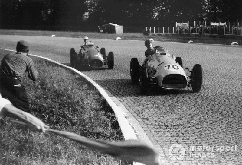 Charles de Tornaco van Ecurie Francorchamps rijdt met zijn Ferrari 500 rijd voor Giuseppe Farina eveneens met een Ferrari 500