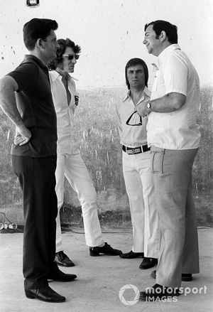 Ralph Bellamy, Brabham Designer parla con Keith Greene, Brabham Team Manager e Bernie Ecclestone, proprietario del Team Brabham, GP d'Argentina del 1972