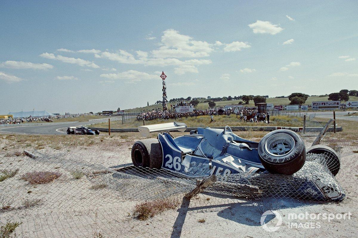 …но ширины трассы не хватило. Ligier передним правым колесом налетела на машину де Вийоты…