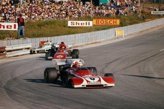 Clay Regazzoni, Ferrari 312B2, leads Ronnie Peterson, March 721 Ford