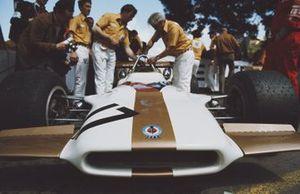 Los mecánicos trabajan en el BRM P153 de Pedro Rodríguez en pits