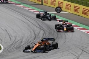 Lando Norris, McLaren MCL35, voor Alex Albon, Red Bull Racing RB16, and Lewis Hamilton, Mercedes F1 W11 EQ Performance