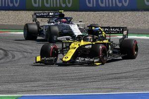 Daniel Ricciardo, Renault F1 Team R.S.20, leads Pierre Gasly, AlphaTauri AT01