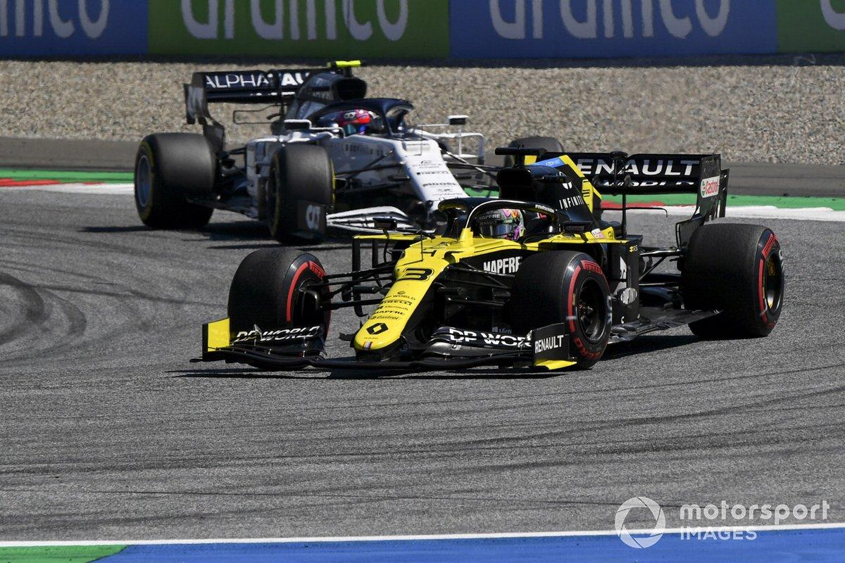 Daniel Ricciardo, Renault F1 Team R.S.20, precede Pierre Gasly, AlphaTauri AT01